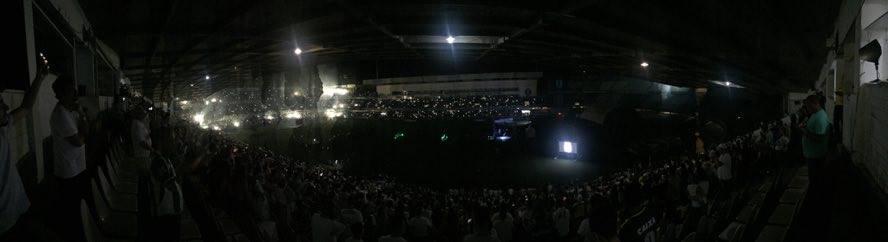 Luzes foram apagadas após o pontapé simbólico. (Banda B)