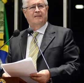 Em discurso na tribuna do plenário do Senado Federal, senador Roberto Requião (PMDB-PR)