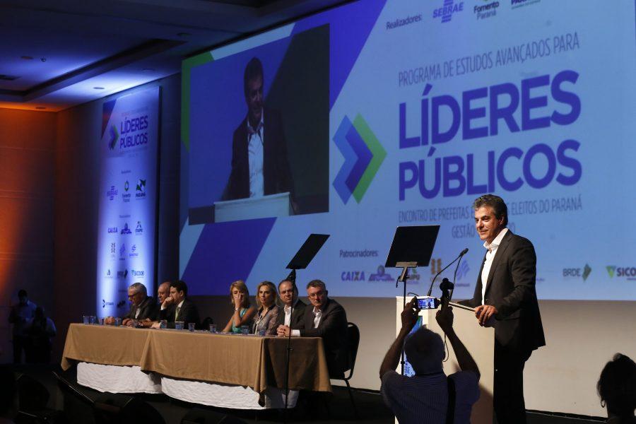 O governador Beto Richa fala durante a abertura dos trabalhos técnicos durante o Encontro de Líderes Políticos - Encontro de Prefeitas e Prefeitos Eleitos do Paraná.  Foz do Iguaçu, 01- 12-16. Foto: Arnaldo Alves / ANPr.