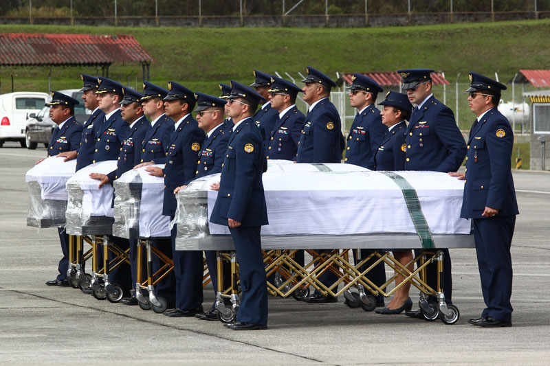 COL - COLÔMBIA/TRAGÉDIA - ESPORTES - Caixões com os corpos das vítimas de acidente aéreo ocorrido na última terça-feira (29), em Medellín, envolvendo a delegação da Chapecoense chegam à base militar de Rio Negro, na Colômbia, para serem transportados ao Brasil em aeronaves da Força Aérea Brasileira, nesta sexta-feira, 02. 02/12/2016 - Foto: MÁRCIO FERNANDES/ESTADÃO CONTEÚDO