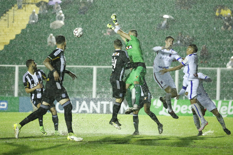 1231bf314e Paraná foi derrotado pelo Figueirense fora de casa e pôs fim à sequência de  cinco jogos invicto (FERNANDO REMOR MAFALDA PRESS ESTADÃO CONTEÚDO)