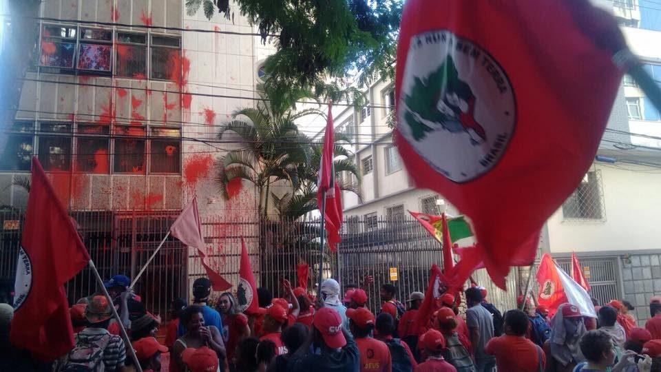 MST joga tinta vermelha em prédio de Cármen Lúcia em Minas Gerais