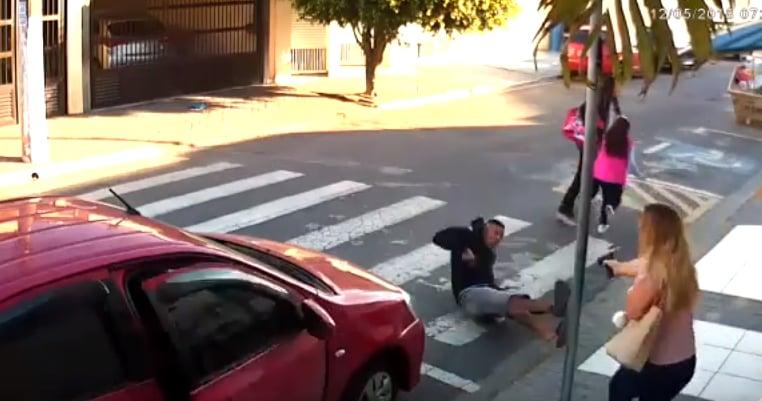Resultado de imagem para Policial de folga, mãe mata ladrão armado em frente a uma escola com crianças