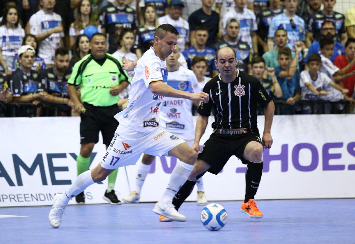 2a85f0c63a Pato elimina Corinthians e conquista vaga inédita para a semifinal da Liga  Futsal