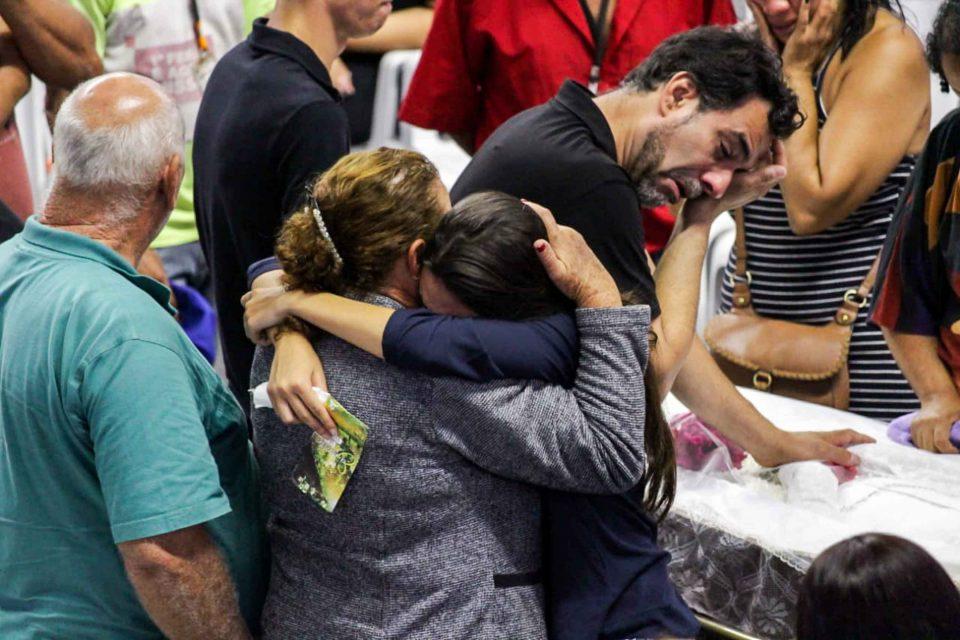 Vítimas Do Massacre Em Escola São Veladas Coletivamente Em