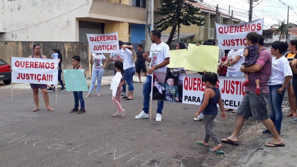 Novo Ribas Carli ? protesto contra motorista bêbado que matou criança de 3 anos atropelada.