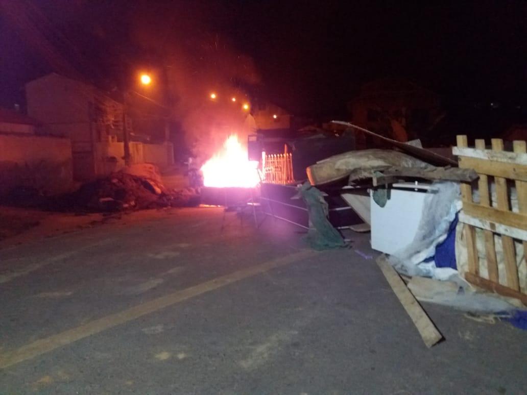 """Resultado de imagem para Moradores fecham rua de Curitiba e protestam contra alagamentos: """"É um grito de socorro"""""""