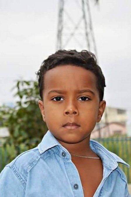 Menino de 7 anos morre na porta de casa após tiroteio na Baixada ...