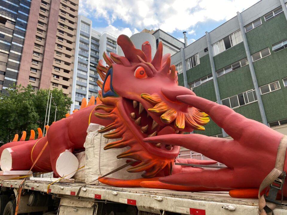 homem faz festa com dragão em apartamento