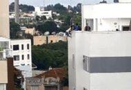 Idosa fica pendurada em gancho no sexto andar de edifício