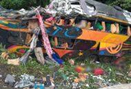 Õnibus com 50 passageiros despenca na Curva da Santa