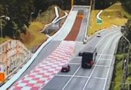 Em vídeos pode-se ver que se o ônibus estivesse na esquerda, poderia ter evitado acidente
