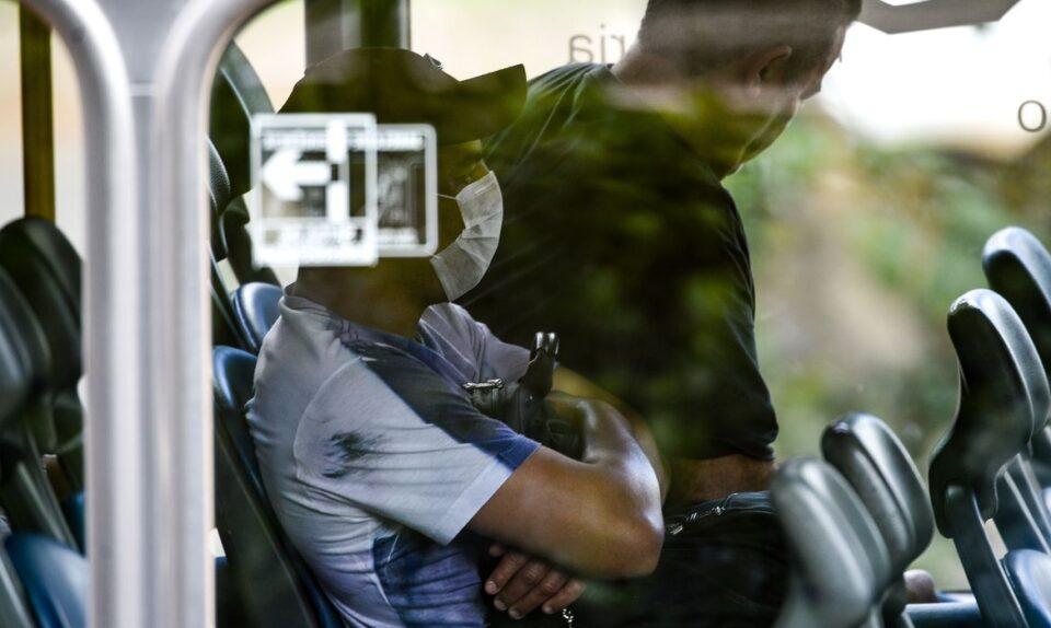 homem usa máscara em transporte coletivo